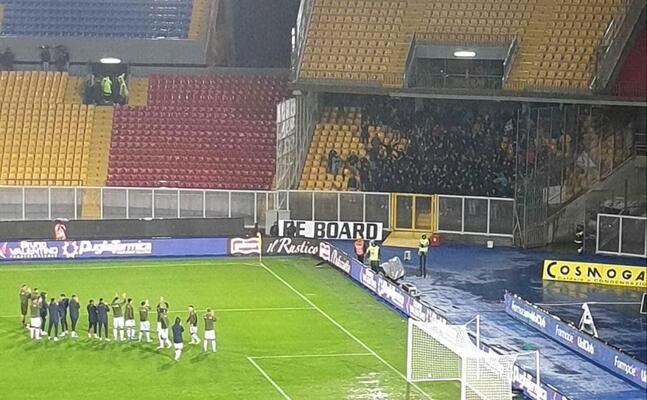 il saluto dei rossobl ai tifosi sardi assiepati nel settore ospiti (foto twitter)