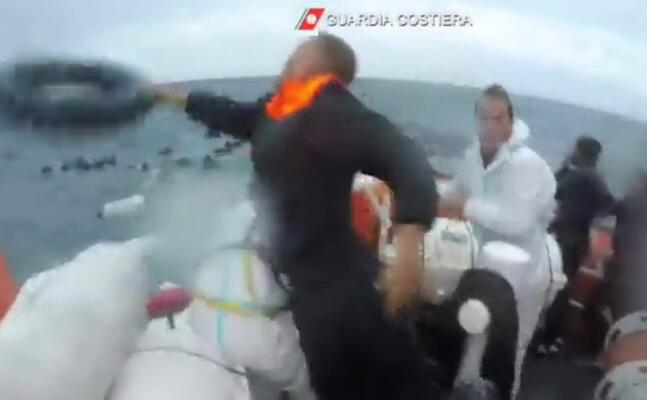 il salvataggio (foto guardia costiera)