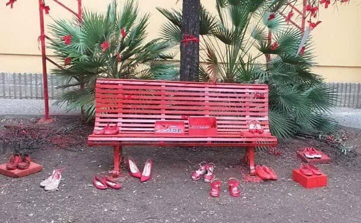 la scuola media dante alighieri di selargius ha inaugurato una panchina rossa simbolo della lotta alla violenza sulle donne realizzata da studenti e studentesse (foto margherita sulas)