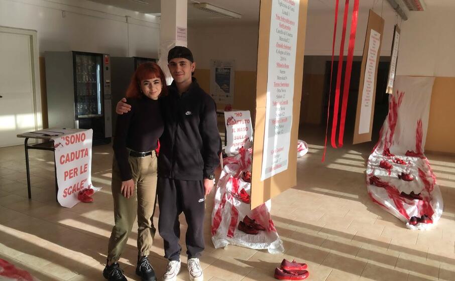 due fra gli studenti protagonisti dell opera (foto andrea scano)