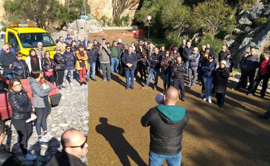 l assemblea di questa mattina alla grotta di san giovanni (foto s farris)