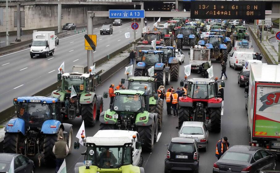 a parigi centinaia di trattori in marcia per la protesta degli agricoltori