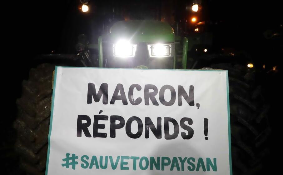 gli agricoltori manifestano contro l amministrazione macron