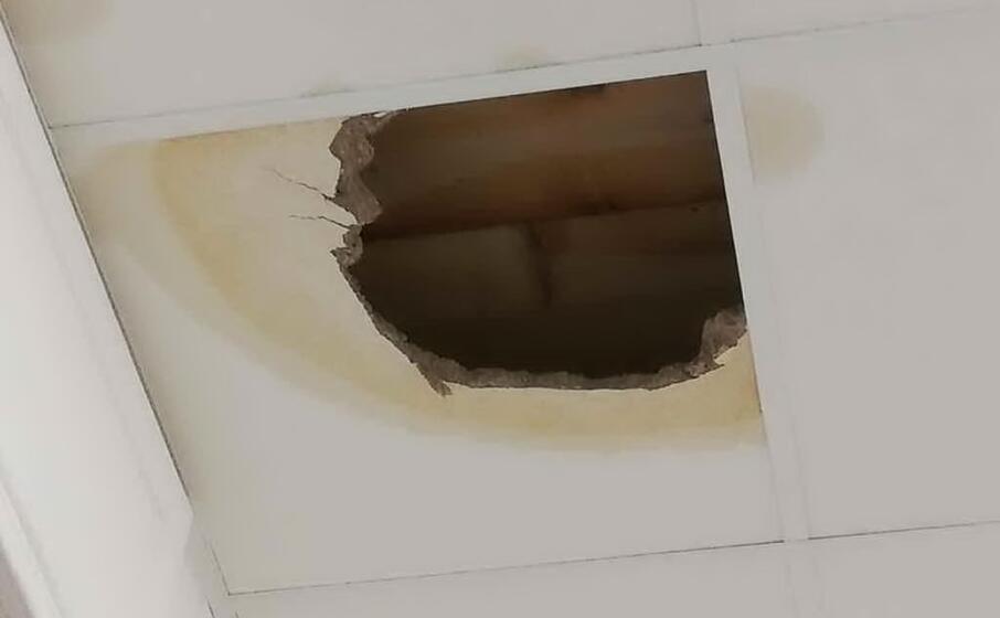 il buco nel controsoffitto