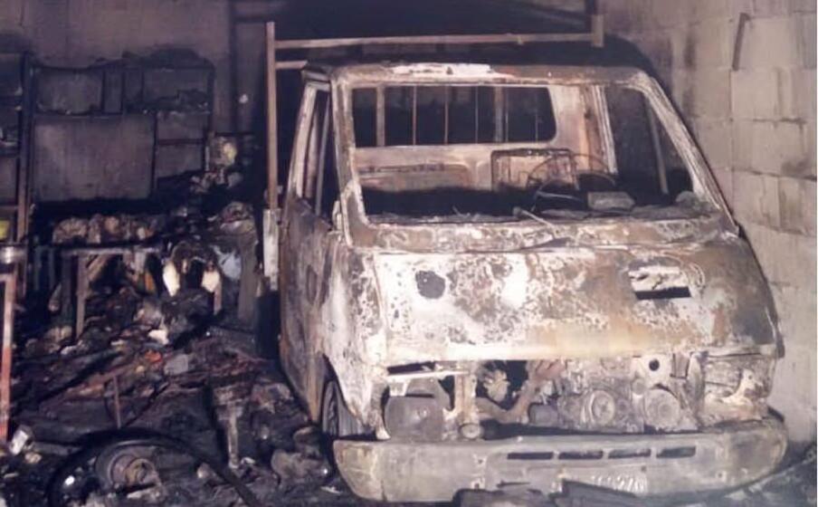l autocarro distrutto (foto vigili del fuoco)