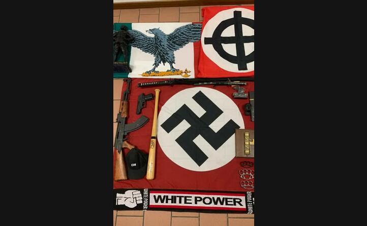 bandiere e sciarpe inneggianti al nazifascismo