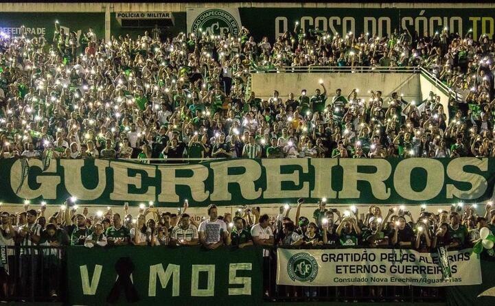 il tributo dei tifosi alla squadra (foto ansa e wikipedia)