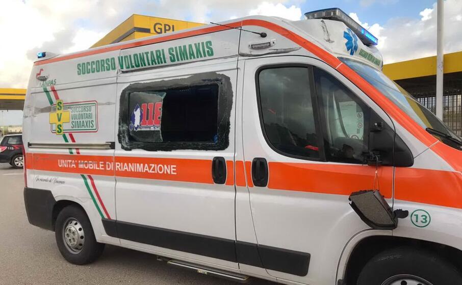 l ambulanza danneggiata (foto elia sanna)