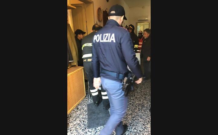 l intervento di polizia e pompieri nell appartamento