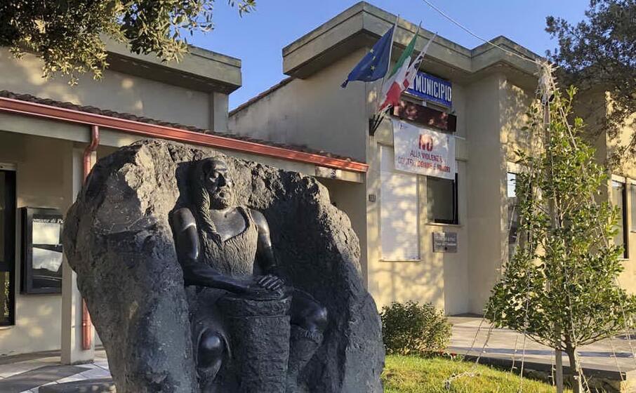 il municipio di pau (foto antonio pintori)