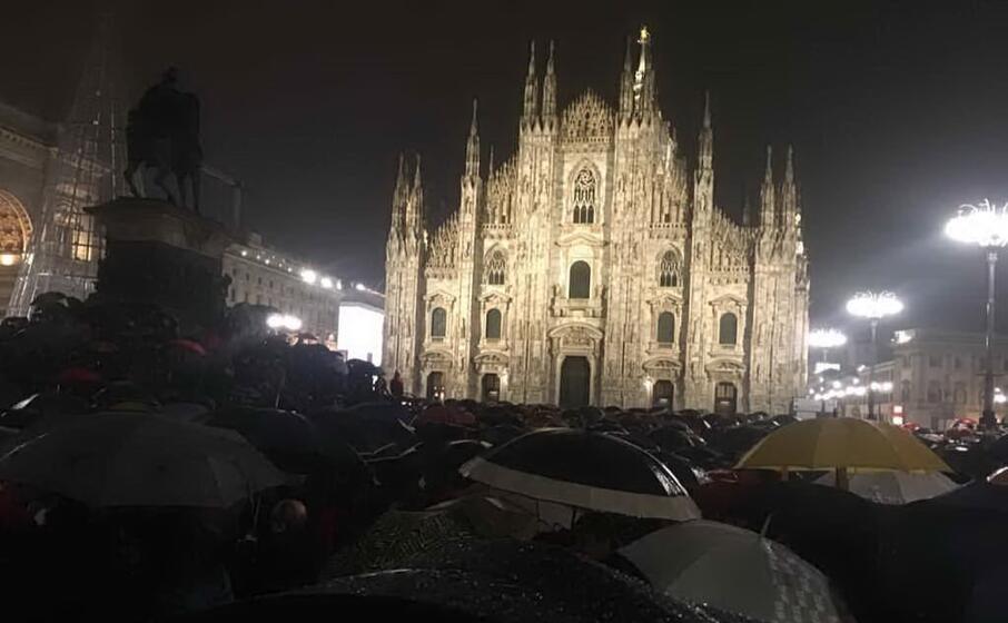 migliaia di sardine in piazza a milano sotto la pioggia
