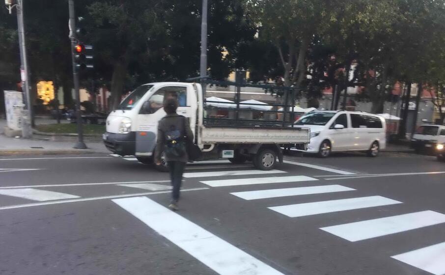 attraversamento col semaforo rosso (foto marcello cocco)