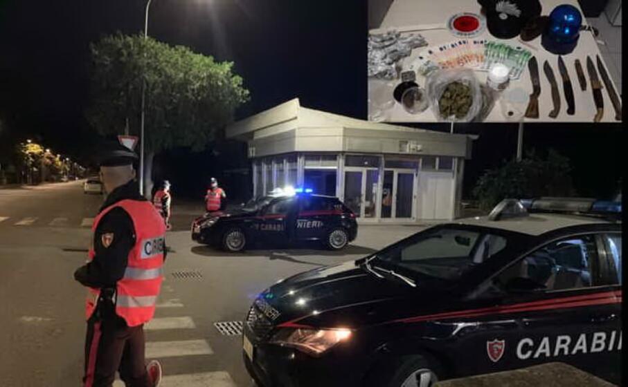 i militari e il materiale recuperato (foto carabinieri)