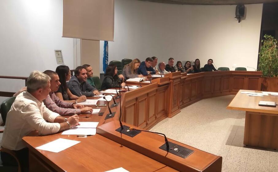 il consiglio comunale in primo piano a destra la minoranza consiliare (foto simone farris)