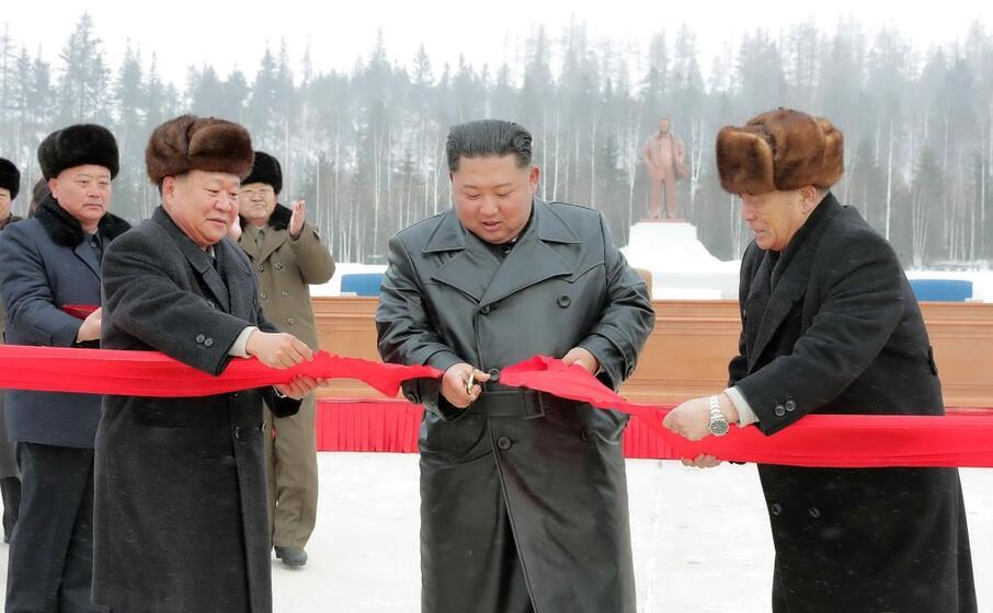 Avvertimento Corea Nord a Usa, con foto di Kim a cavallo