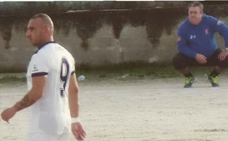 in maglia bianca antonio borrotzu mentre in felpa blu il mister del ploaghe tore porqueddu (foto concessa dalla societ )