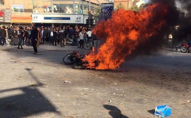 incendi durante le proteste in iran (ansa)
