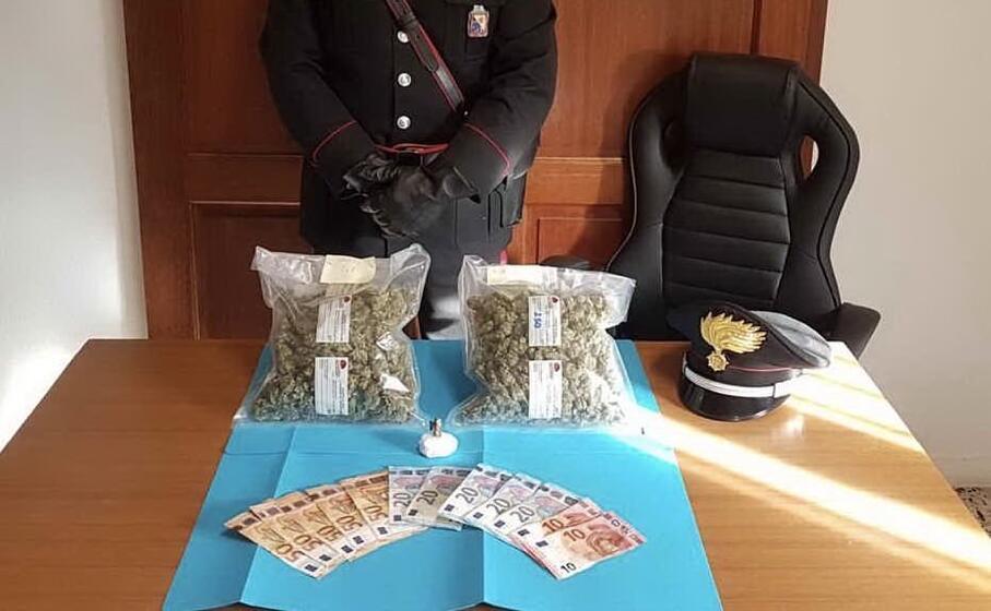la droga e il denaro sequestrato (foto carabinieri)