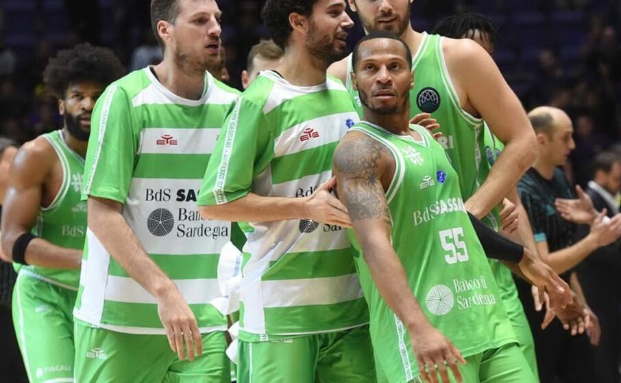 la squadra festeggia jerrells dopo una tripla decisiva (foto dinamo)