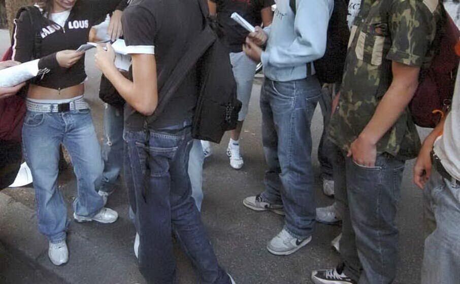 ragazzi davanti a scuola (archivio l unione sarda)