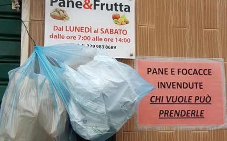 cartello fuori dalla bottega di via istria (foto f lai)