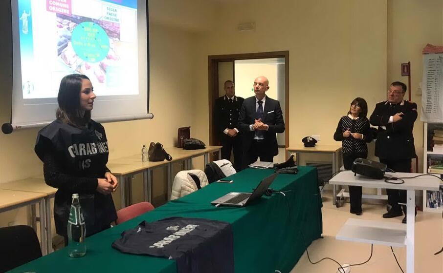 i carabinieri parlano ai ragazzi dell azuni (foto ivan murgana)