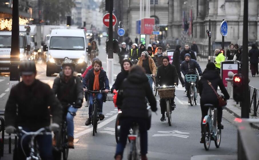 in molti hanno scelto la bicicletta per spostarsi (le foto sono ansa)