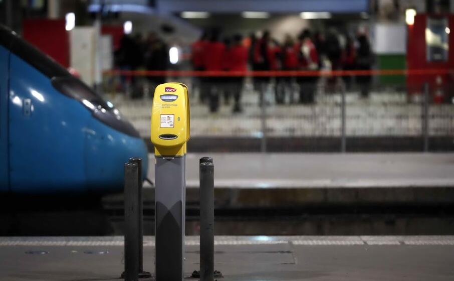 molti aerei restano a terra e i treni in stazione