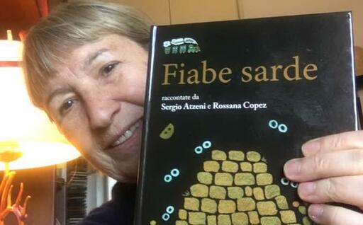 """Rossana Copez con il suo libro (foto associazione """"Gramsci"""")"""
