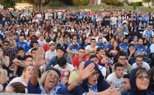 Il popolo sassarese davanti al maxi-schermo di piazzale Segni (L'Unione Sarda - Calvi)