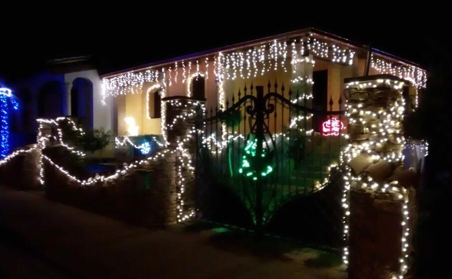 la casa della famiglia mascia illuminata per natale (foto severino sirigu)