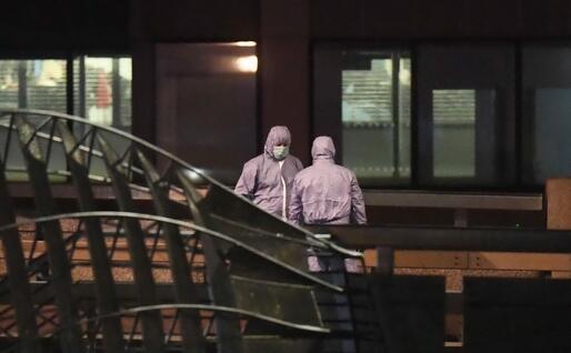 Gli esperti sulla scena dell'attacco (Ansa - Arrizabalaga)