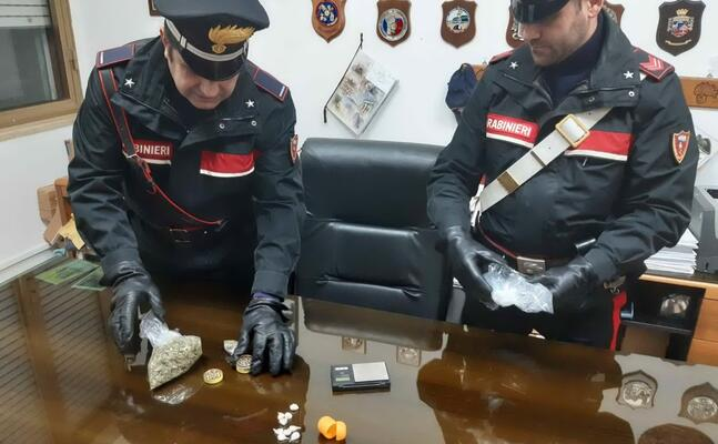 la droga recuperata in casa del detenuto (foto carabinieri)