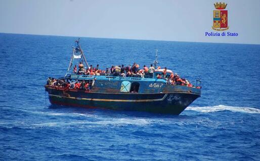 Un barcone carico di migranti (Ansa)