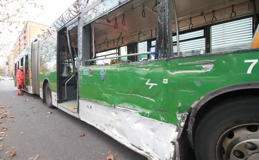 il filobus che si scontrato con un camion amsa a milano (ansa)