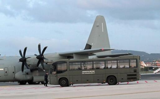 Il pulmino dell'Aeronautica militare (Ansa)