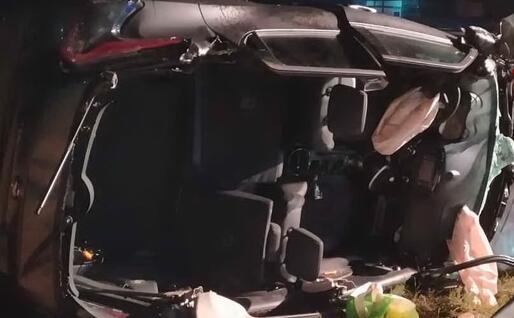 Il veicolo coinvolto nell'incidente mortale (foto Vigili del fuoco)