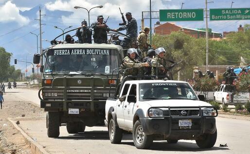 L'esercito e la polizia a Cochabamba (Ansa)