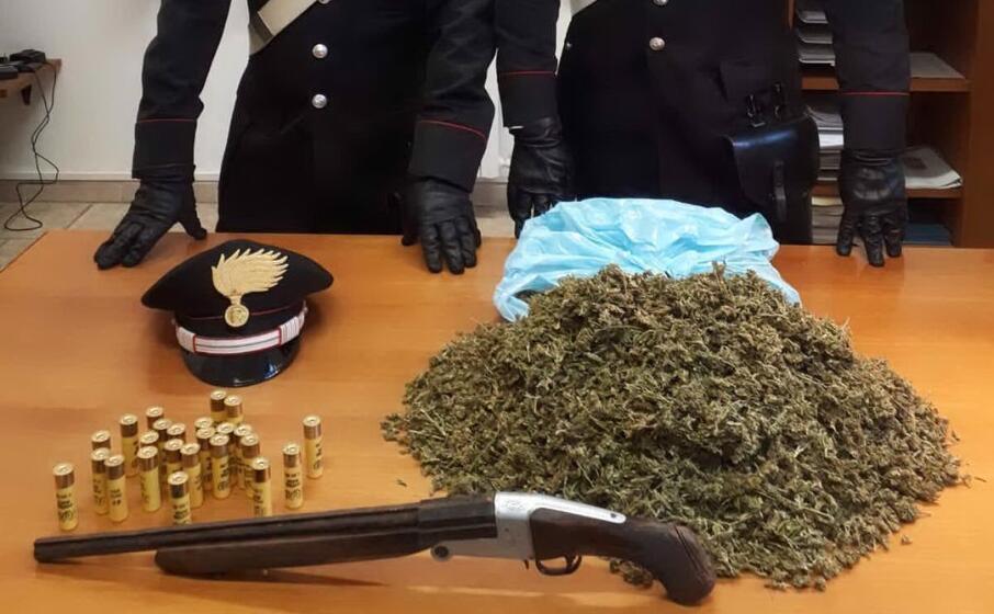 droga e l arma recuperata dai carabinieri (foto carabinieri di carbonia)