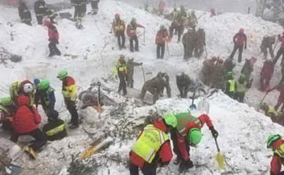 i soccorsi all hotel rigopiano dopo la tragedia (archivio l unione sarda)
