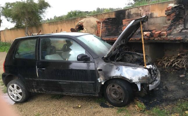 l auto in fiamme (l unione sarda foto scano)