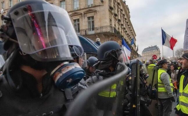 un immagine dagli scontri a parigi (archivio l unione sarda)