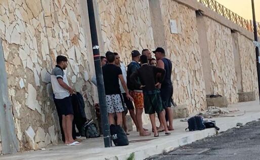 I migranti arrivati oggi a Lampedusa (Ansa)