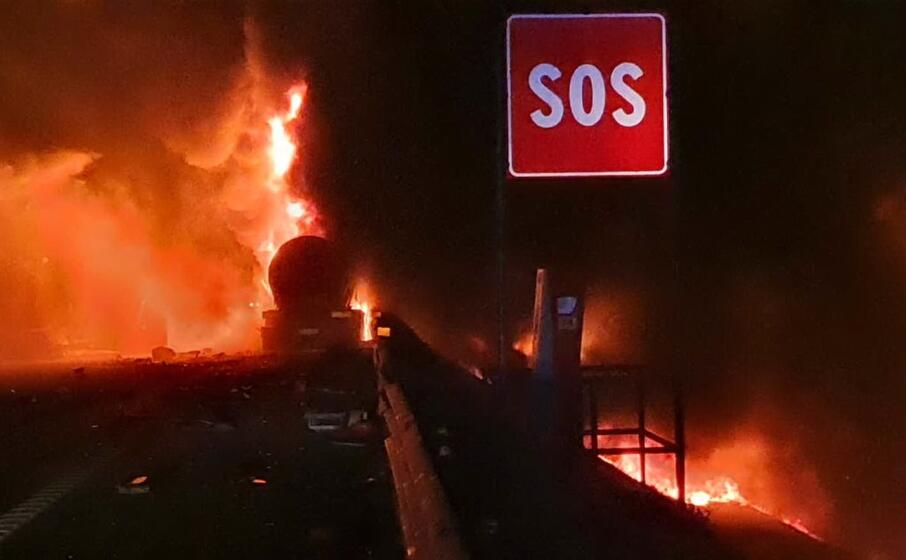 l incendio scoppiato dopo lo scontro (foto polizia stradale)