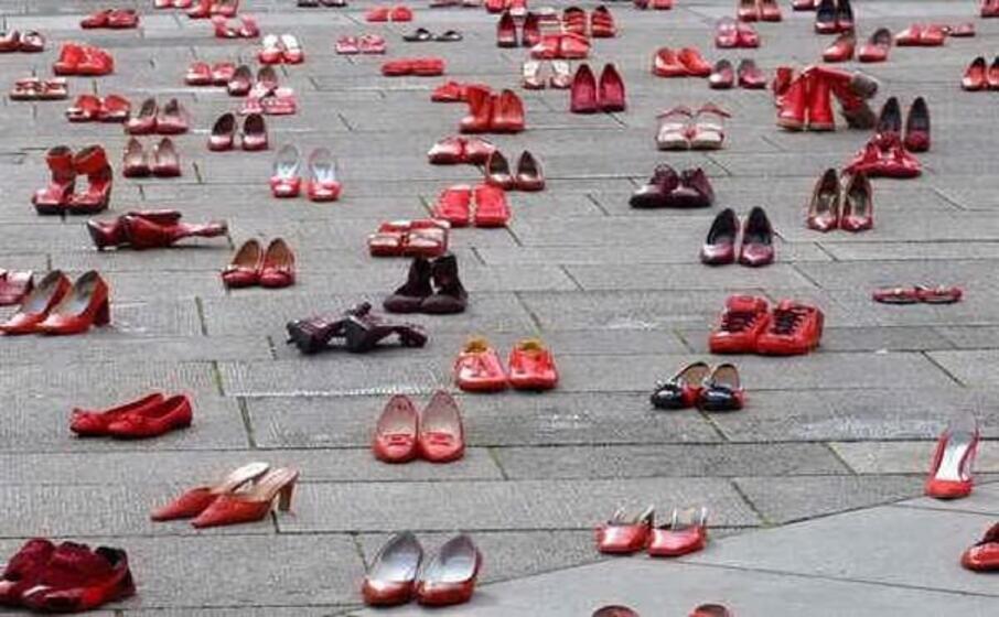 scarpette rosse simbolo della lotta contro la violenza sulle donne (foto archivio l unione sarda)