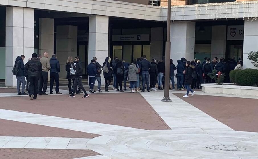 tifosi in fila davanti al cagliari store di piazza unione sarda (foto us)