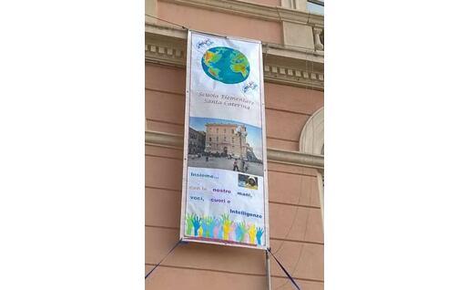 Il manifesto appeso fuori dalla scuola (foto @SantaCaterina)