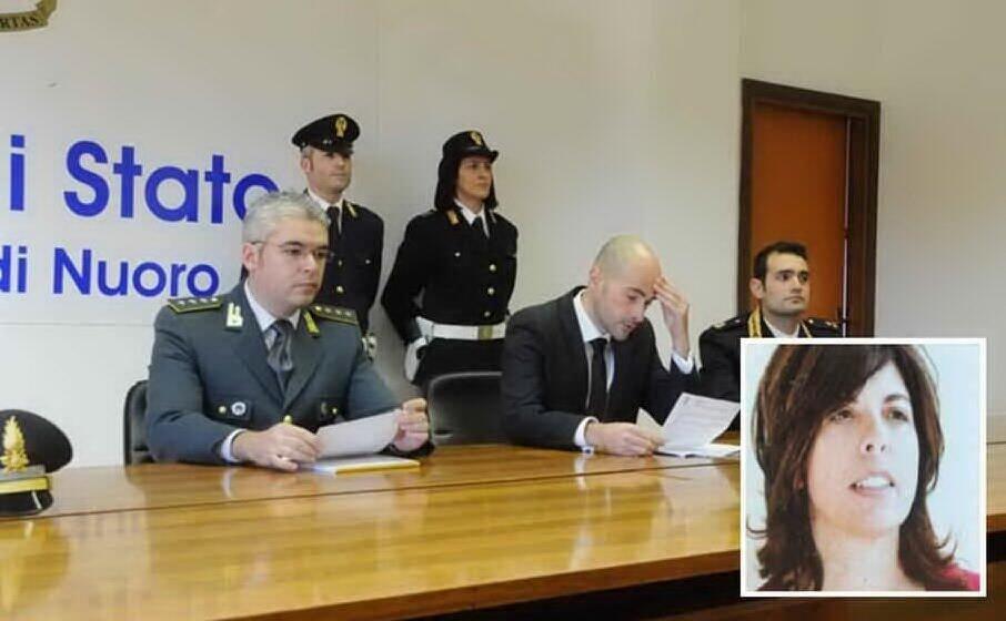 la conferenza stampa della questura al momento delle perquisizioni nel riquadro lucia dettori (archivio l unione sarda)