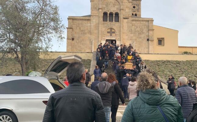 la folla al funerale (foto s pinna)