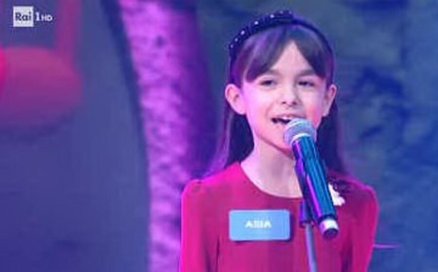 la piccola asia sul palco dello zecchino d oro (foto da frame video raiplay)